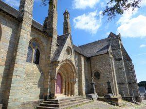 De versterkte kerk van Brelevenez hoog op de heuvel boven Lannion