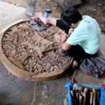 We bezoeken een houtsnijwerk atelier die deze panelen en vele olifanten in alle formaten maakt.