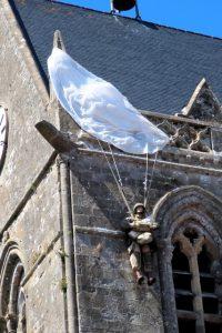 Deze ongelukkige parachutist bleef op D-Day haken aan de kerktoren van Sainte-Mère-Eglise