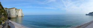 Panorama van de kalkrotsen en het strand van Etretat