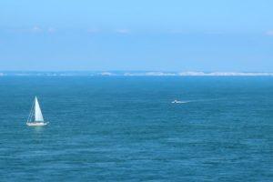 Zicht op de witte kliffen van Engeland aan de overkant van het Kanaal vanop Cap Gris-Nez