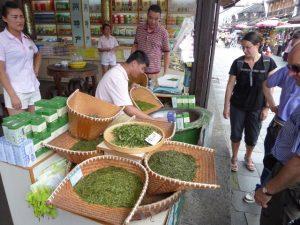 Groene theewinkel in de Hefang straat (Hangzhou)