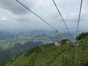 Chinese Pavarotti in de zeteltjeslift naar de Yao heuvel (Guilin)