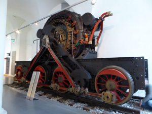 Antieke elektrische locomotief in het Transportmuseum.