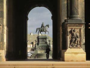 Doorkijk vanuit de Zwinger tuin naar de Theaterplatz met het standbeeld van koning Johan van Saksen.