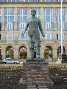 Standbeeld van de Trummerfrau voor alle puinruimende vrouwen van Dresden.