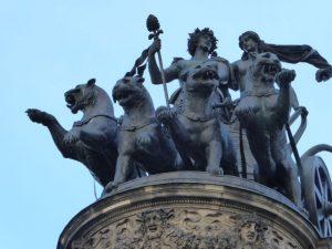 Het panter vierspan trekt de strijdwagen van Dionysus op de Semperoper.