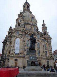 De protestantse Frauenkirche met ervoor het standbeeld van Martin Luther.