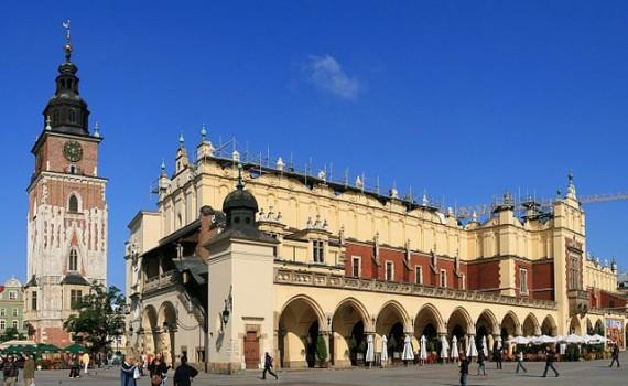 Raadhuistoren en Lakenhal in het centrum van Krakow, Polen