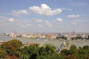 Zicht op de Donau en Pest vanop de Buda heuvel in Boedapest, Hongarije