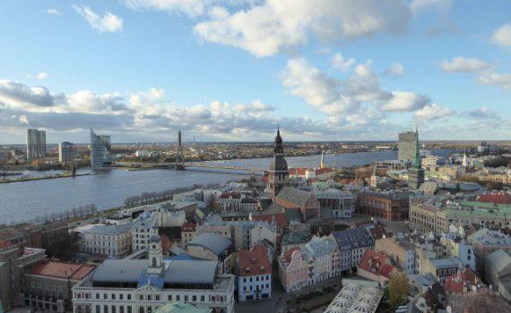 Zicht op het oude en nieuwe Riga aan de Daugava rivier.